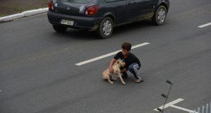 Denne gutten trengte ikke superkrefter for å stoppe trafikken. Bare et stort hjerte og et ubeskrivelig mot.