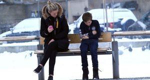 Denne lille gutten frøs alene på et busstopp. Det som skjedde gjenopprettet troen på menneskeheten!