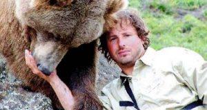 En mann fant to bjørnunger ved siden av deres døde mor. Ord kan ikke beskrive det som fulgte.