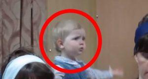 Denne lille jenta tar dirigering av kirkekoret veldig, veldig seriøst. Her snakker vi naturtalent.