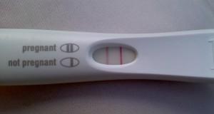Denne FYREN tok en graviditetstest bare for moro skyld. Resultatet ble noe helt annet enn forventet.
