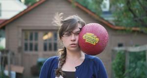 Hun liker å få baller slengt i ansiktet… Og mange andre gjenstander! Se de kule bildene.