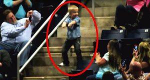 Midt i konserten reiser gutten seg opp. 10 sekunder senere stjal han showet med sin formidable dans.