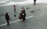 En jente tipset denne gatemusikanten. Det som skjedde videre tok hele byen med storm.