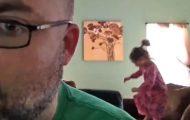 Denne utslitte faren filmet sine lørdagsmorgener med datteren i 3 måneder, og du må se resultatet. Haha.