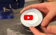 Hvordan åpne en boks uten en boksåpner. Dette er briljant.