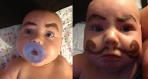 28 babyer med påtegnede øyenbryn. Dette er det morsomste jeg har sett.