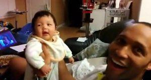 Denne pappaens reaksjon på babyens første latter gjorde akkurat dagen min litt bedre. Uvurderlig.