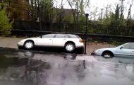 De parkerte bilene sine i et vordende synkehull… Og det skulle akkurat bli MYE verre.
