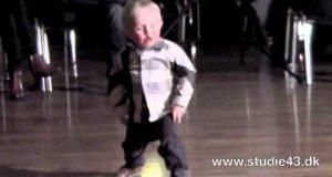 Denne 2 år gamle gutten stjeler showet ved å danse til Jailhouse Rock.