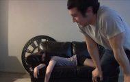 Denne berusede jenta sovnet på sofaen. Se hva denne mannen gjorde med henne.
