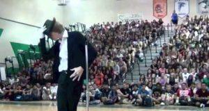 Du vil straks skjønne hvorfor denne gutten KNUSTE alle de andre i skolens talentkonkurranse.