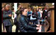 Han så et offentlig piano på en togstasjon. Så gjorde han noe fullstendig episk med det.