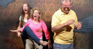 Dette spøkelseshuset knipser et bilde på det mest skremmende øyeblikket. Reaksjonene er hysteriske.