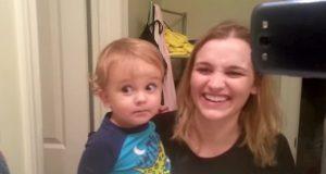 Denne babygutten oppdaget akkurat øyenbrynene sine. Reaksjonen hans fikk alle til å le høyt.