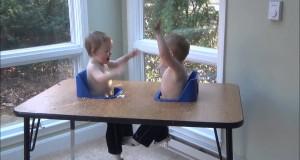 Nydelige tvillingbabyer har en av århundrets mest medrivende diskusjoner.