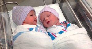 Disse tvillingene har sin første samtale kun en TIME etter de ble født. Dette er fascinerende.