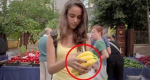 Hun plukker opp en banan. Hva hun gjør med bananskallet? Bortenfor min villeste fantasi.