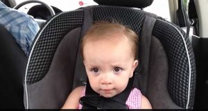 Denne babyen ELSKER Elvis. Det hun gjør når musikken starter er uvurderlig.