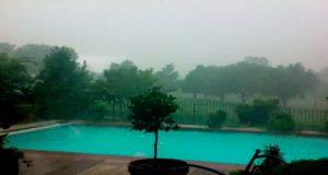 De mørke skyene ruller inn, men hva som skjer med bassenget deres er helt sinnssykt.