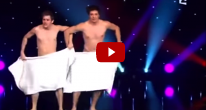 2 nakne menn gikk ut på scenen. Det de gjorde der fikk alle til å bryte ut i latter.