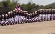 Det så ut som en kjedelig militærparade, men fra 0:20 ble de beundret av alle. Dette er fantastisk.
