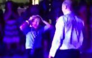 Denne gutten eide dansegulvet helt alene, men da faren dukket opp, tok det helt av!