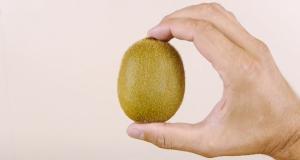 Dette trikset viser deg hvordan du kan skrelle en kiwi på under 3 sekunder.