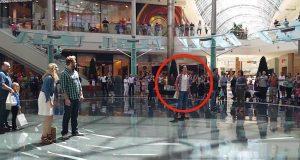 En mann begynte å synge midt blant shopperne. Så fikk de seg en enda større overraskelse.