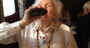 Denne 90 år gamle damens ektemann døde for 18 år siden. Det hun har gjort siden den gang er EPISK.