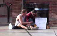 En veldig deprimert mann oppsøkte folk for hjelp. Dette er hvordan de responderte.