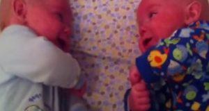 Moren sjekker tvillingene, men når hun oppdager hva de gjør, begynner hun å filme…