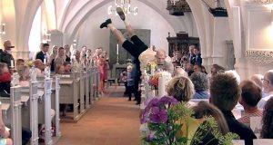 De ville ha et bryllup som ingen ville glemme, så de kom nedover kirkegulvet på DENNE måten.