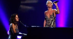 En usannsynlig duo fremfører en låt som vil gi deg gåsehud. For et ubeskrivelig talent.