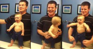 Når pappa ser hva junior gjør i speilet, bryter han ut i ukontrollert latter.