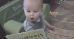 Pappaen blir forbløffet når han ser hva babyen hans kan gjøre. For en fantastisk liten fyr.