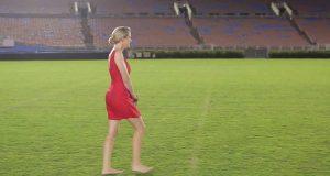 Av én spesifikk grunn går hun barbeint over banen. Jeg kunne knapt holde tårene tilbake.