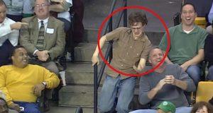 Kameraet rettes mot denne mannen på tribunen. DET fører til elleville tilstander.