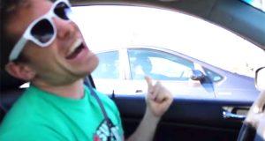 Han fyrer opp DENNE lystige sangen fra bilen og får totalt fremmede bilister med på tidenes allsang.