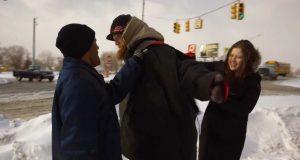 Hun blir skreket til for å gi frakker til de hjemløse. Responsen hennes er fantastisk.