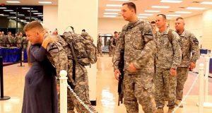 Disse soldatene står flere timer i kø, og med én enkel gest, redder hun dagen deres.