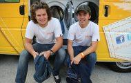 To 20 år gamle karer ofret varebilen sin for å hjelpe hjemløse på en helt formidabel måte.