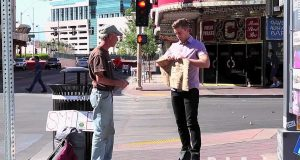 En fyr tok skiltet til denne hjemløse mannen og rev det i fillebiter, men så skjedde det noe utrolig.