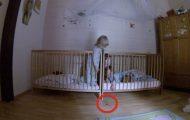 Smokken hennes falt på gulvet. Hvordan disse tvillingene jobber sammen for å hente den er utrolig.
