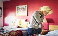 En stuepike rengjør et hotellrom, helt til denne uventede overraskelsen får henne til å gråte.