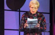 Egentlig skal hun holde en tale, men når hun inntar scenen får hun alle til å le seg skakk.