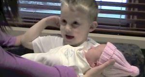 Etter sønnens «spørsmål» om den nye babyen, klarer ingen av foreldrene å slutte å le.