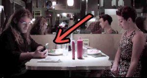 Han ignorerer henne uten å engang innse det. Denne videoen vil muligens forandre hvordan du lever.
