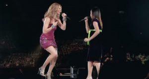 En nervøs jente synger på scenen med Celine Dion. Så får hun hele publikum til å reise seg.