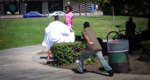 Han flasher seg for barn ved lekeplassen. Når du ser hva pappa gjør? Wow, wow.